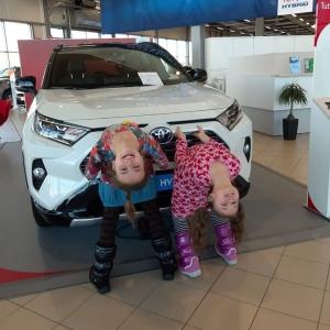 Elina ja Sofia kävivät tänään Vesijärven Autossa ja FordStoressa tapaamassa faneja ja ilahduttamassa autokansaa. @elinasofiaofficial #toyota #ford